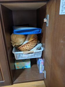 文房具・裁縫道具・便箋・薬・取扱説明書や使い捨てカイロにマスク。 使いやすくて取り出しやすい場所へと収納していきました。